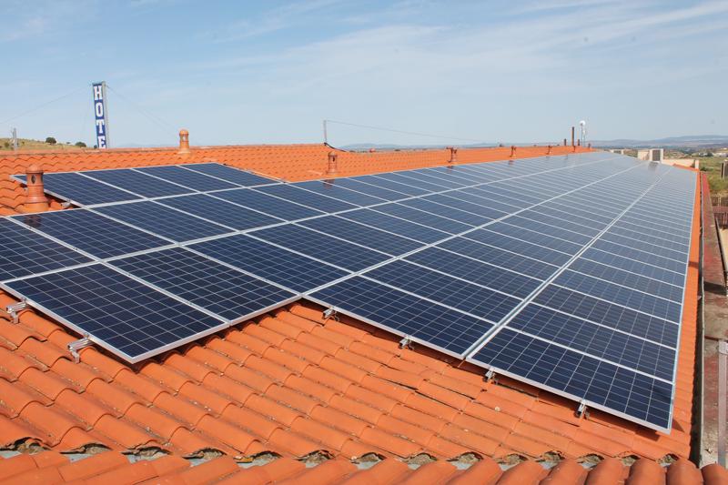 Instalación fotovoltaica de autoconsumo sobre la cubierta del Hotel San Cristóbal, en Coria (Cáceres).