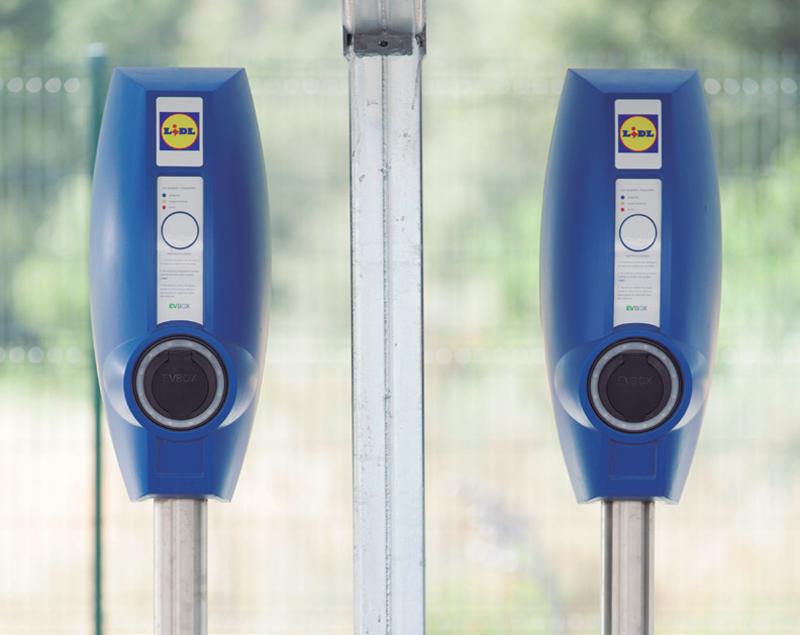 Estaciones de recarga de vehículos eléctricos en un aparcamiento de Lidl.