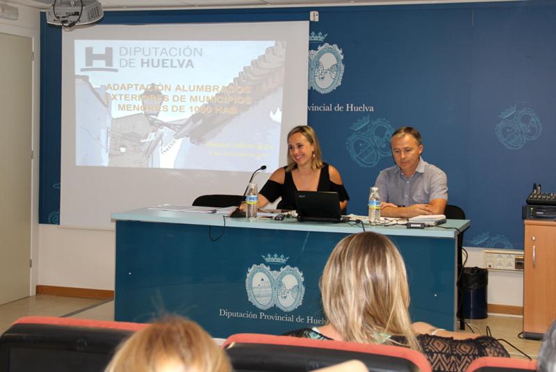Diputada de Infraestructuras de la Diputación de Huelva ofrece una charla informativa a un grupo de represenantes locales sobre el Programa de Inversiones para Medidas de Ahorro y Eficiencia Energética.