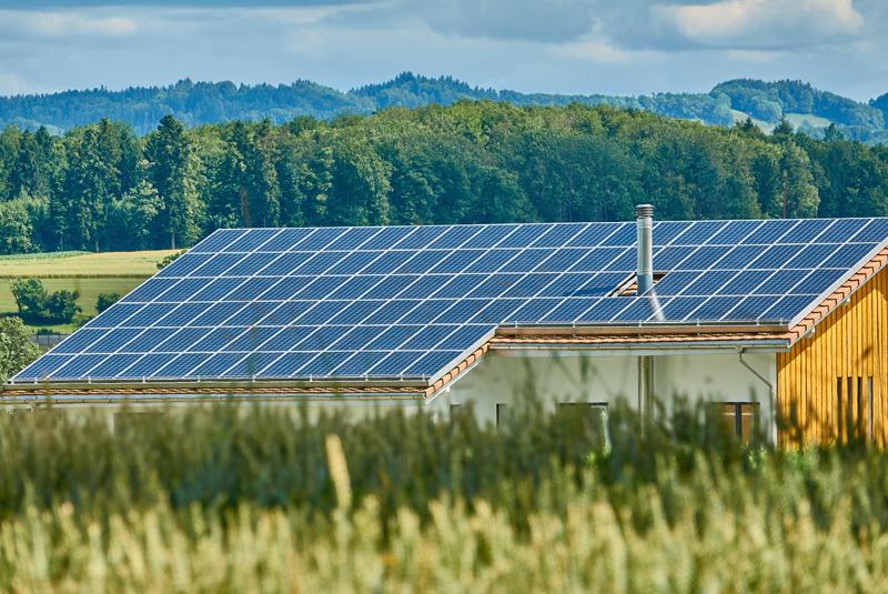 Paneles fotovoltaicos sobre cubierta de vivienda para autoconsumo.