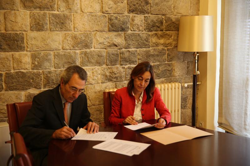 El director general de la Fundación Gas Natural Fenosa, Martí Solà, y la concejala delegada de Servicios Sociales, Vivienda y Seguridad del Ayuntamiento de Girona, Sílvia Paneque.