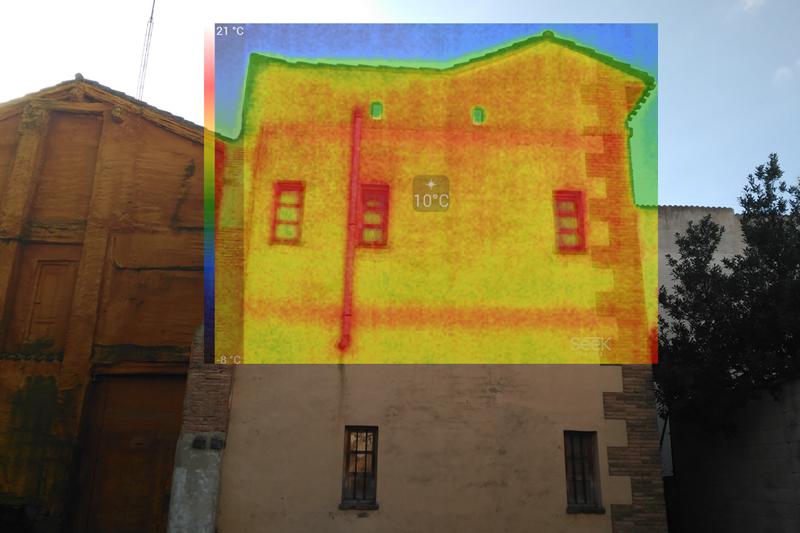 Imagen de la fachada de un edificio municipal realizada con una cámara termográfica .