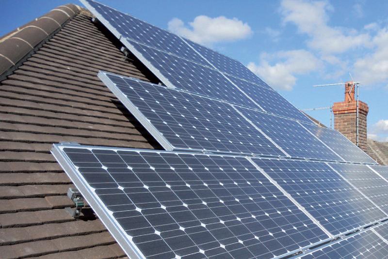 Instalación de autoconsumo fotovoltaico sobre la cubierta de un edificio.