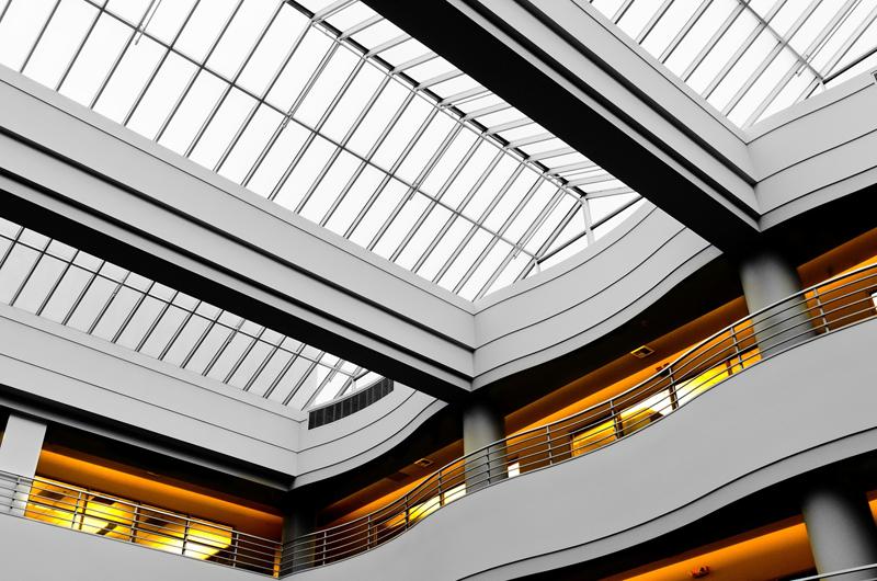 Interior de un edificio moderno. Calidad de aire interior.