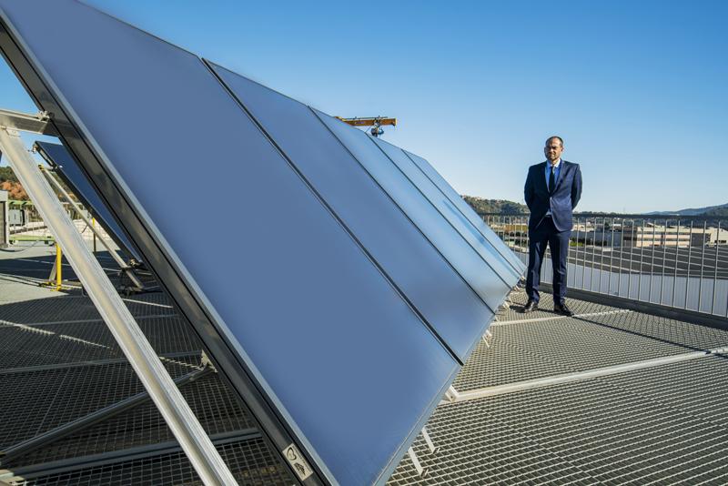 Vicente Abarca, presidente de ASIT, posa junto a unas placas solares en la azotea de un edificio.