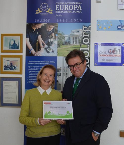 Rosario Posada, directora del Colegio Internacional Europeo, muestra el certificado de energía con origen 100% renovable.
