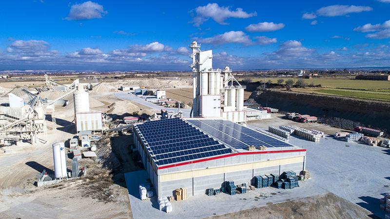 Vista aérea de las instalaciones de Arenes de Bellpuig, sobre cuya cubierta se está montando un sistema de autoconsumo fotovoltaico.