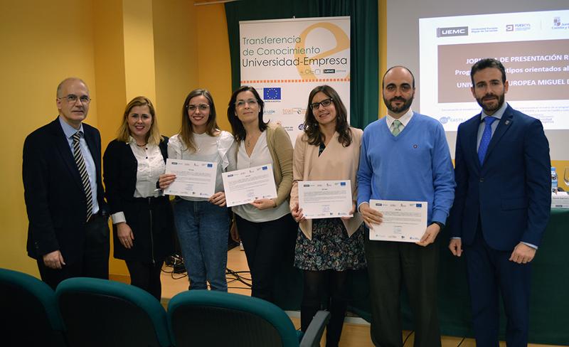 estudiantes, tutores y autoridades, tras la entrega de los diplomas del VII Concurso de Prototipos Orientados al mercado de la UEMC.