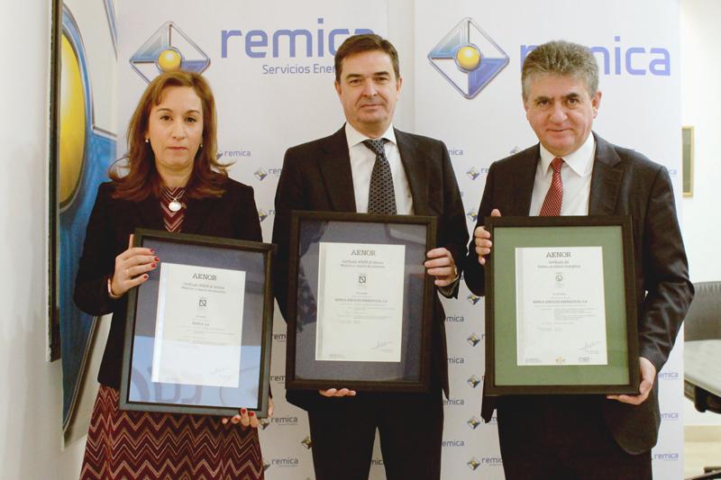 Representantes de Remica muestran los certificados Aenor.