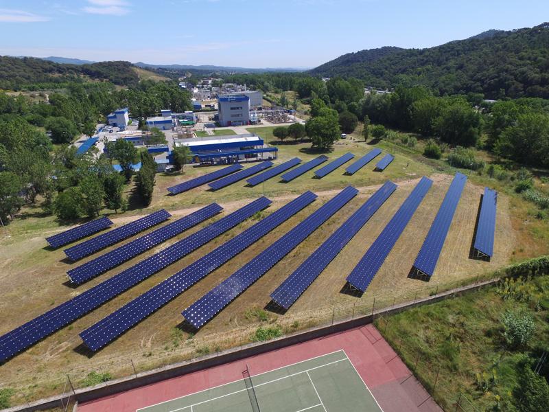 Campo fotovoltaico de autoconsumo junto a la planta química de Almirall en Sant Celoni (Barcelona).