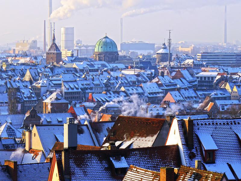 Ciudad europea. Tejados y chimeneas. Invierno.
