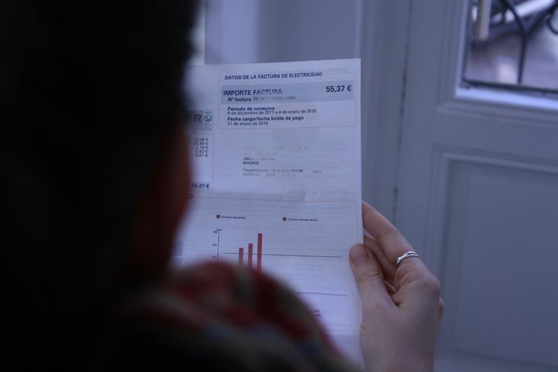 Persona leyendo una factura de electricidad.