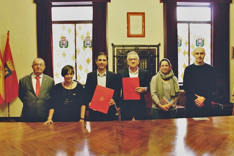 Firma del acuerdo en el Ayuntamiento de Alcalá de Henares
