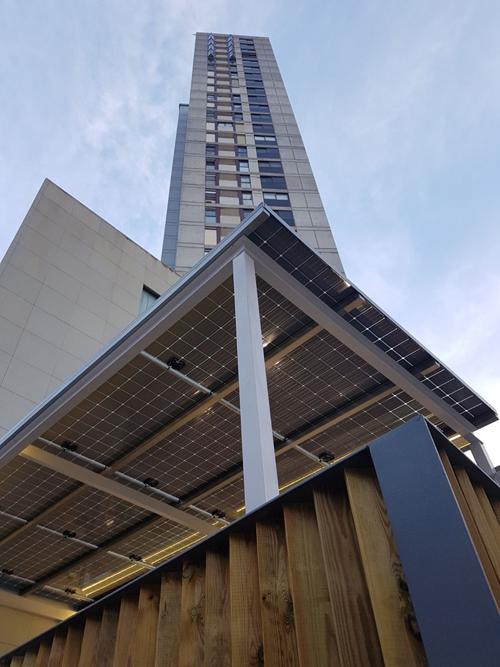 Pérgola fotovoltaica de autoconsumo en las oficinas de Cubierta Solar.