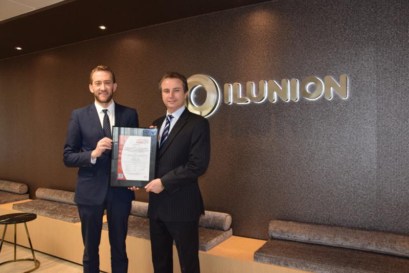 , el director de la región centro de Bureau Veritas, Rodrigo Sagredo, entregó al director de Comercial y Marketing de ILUNION Facility Services, Sergio Verdasco, el certificado la de ISO 50001,