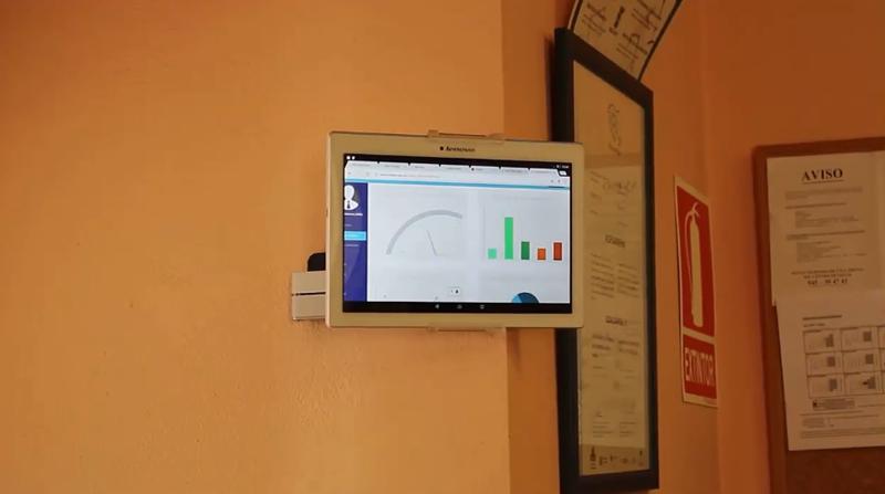 Pantallas instaladas en el Ayuntamiento de Asparrena para informar sobre los parámetros de consumo energético.