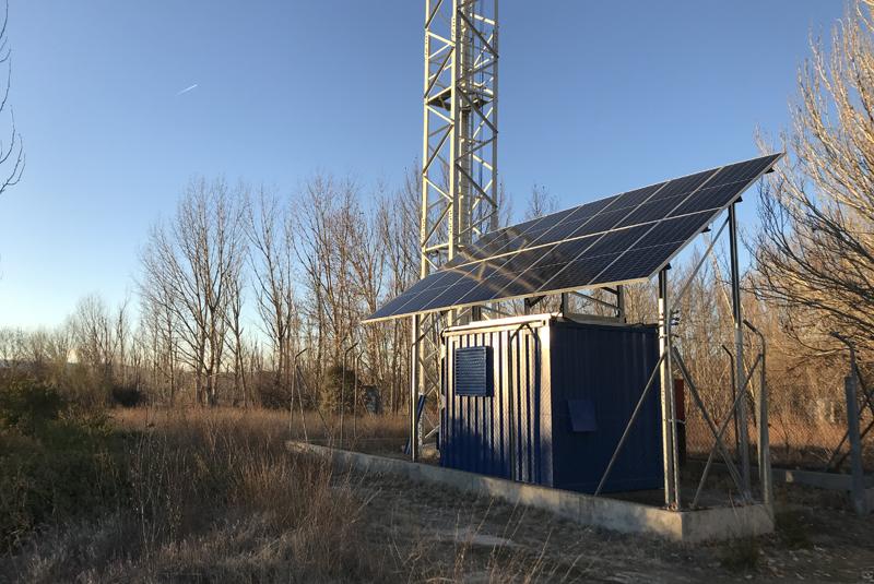 Placas fotovoltaicas sobre una instalación de telecomunicaciones.