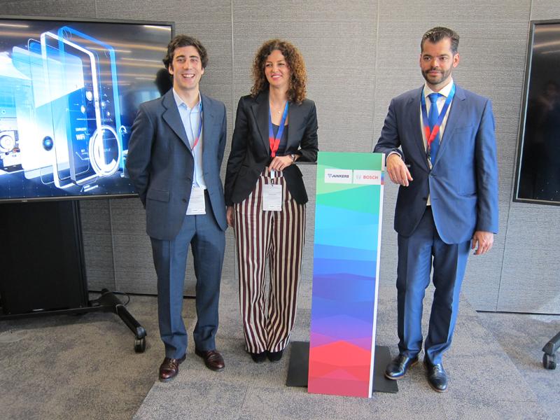 Fernando Sánchez, Alicia Escudero y Vicente Guerrero presentaron la nueva gama de calentadores estancos Hydronext de Junkers-Bosch.