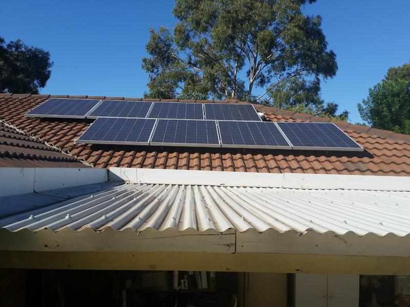 Placas fotovoltaicas para autoconsumo sobre la cubierta de una vivienda unifamiliar.