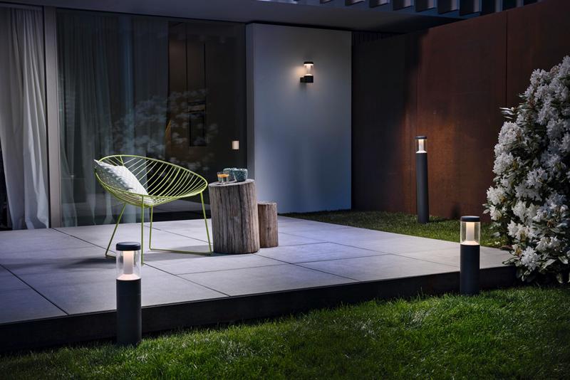 Recreación de un jardín moderno con luminarias decorativas de Ledvance.