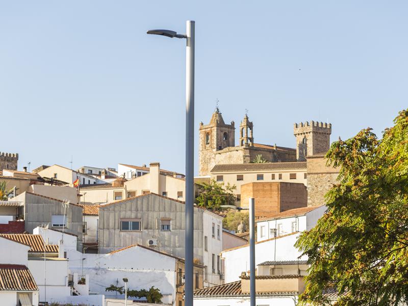 Luminaria de Schréder con el casco antiguo de Cáceres al fondo.