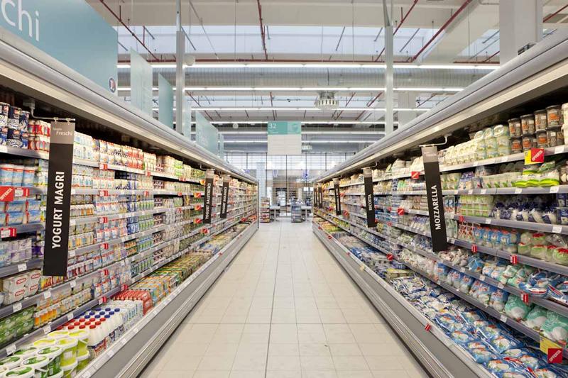 Sección refrigerados de un supermercado.