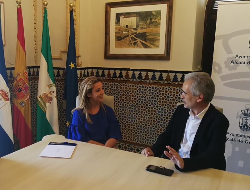 La alcaldesa, Ana Isabel Jiménez, ha obtenido del director la Agencia, Aquilino Alonso, su compromiso de colaboración con el plan estratégico municipal en materia energética, que se hará extensivo a edificios y movilidad en el casco urbano