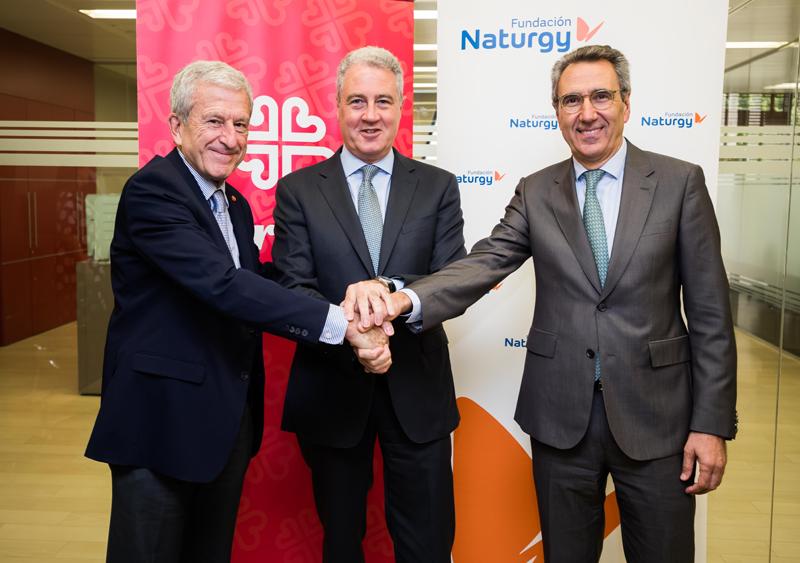 De izq. a dcha. el presidente de Cáritas, Manuel Bretón, el Vicepresidente de la Fundación Naturgy, Jordi Garcia Tabernero y el director de la Fundación Naturgy, Martí Solà.