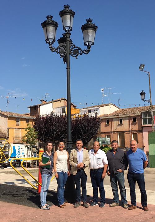 El consejero de Fomento y Política Territorial, Carlos Cuevas, visita la nueva instalación de alumbrado público.