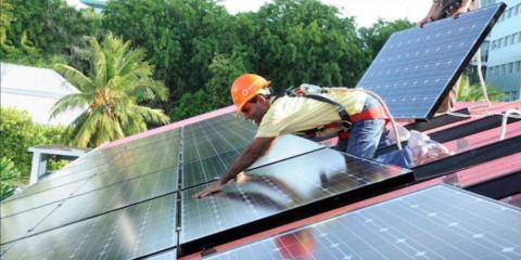 Acuerdo para instalar sistemas de energía fotovoltaica en edificios gubernamentales del Caribe Oriental