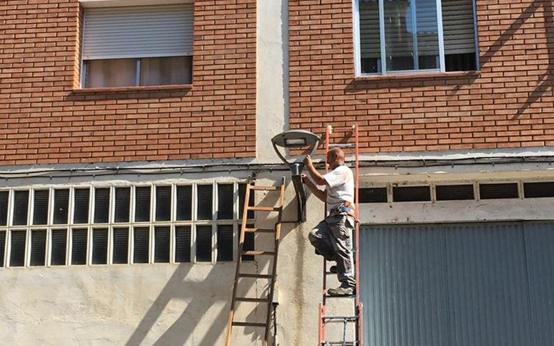 Operario del Ayuntamiento de Barbastro renovando las luminarias del alumbrado público.