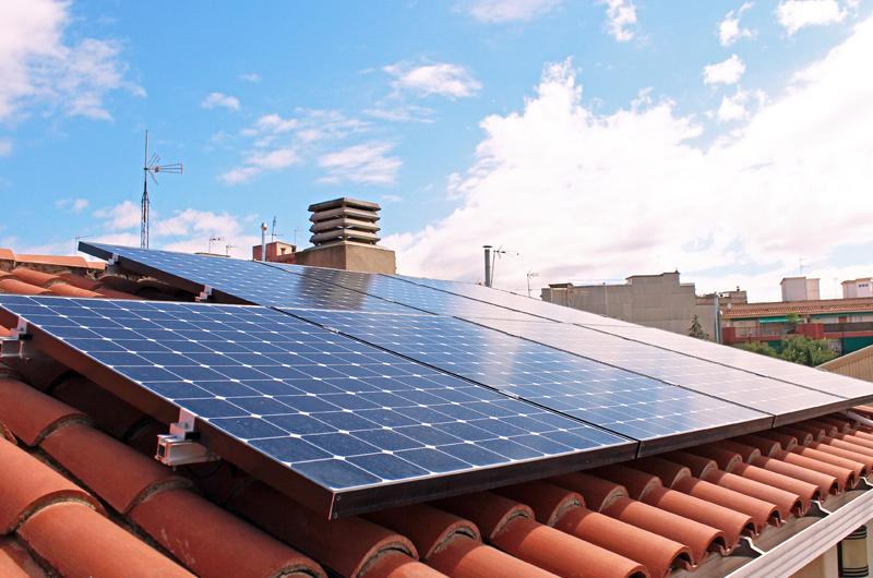 Instalación de autoconsumo fotovoltaico compartido sobre la cubierta de un bloque de viviendas.
