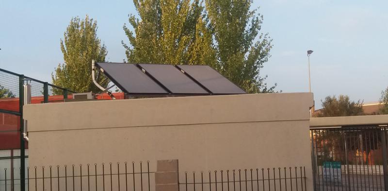 Instalación solar sobre la cubierta de un edificio.