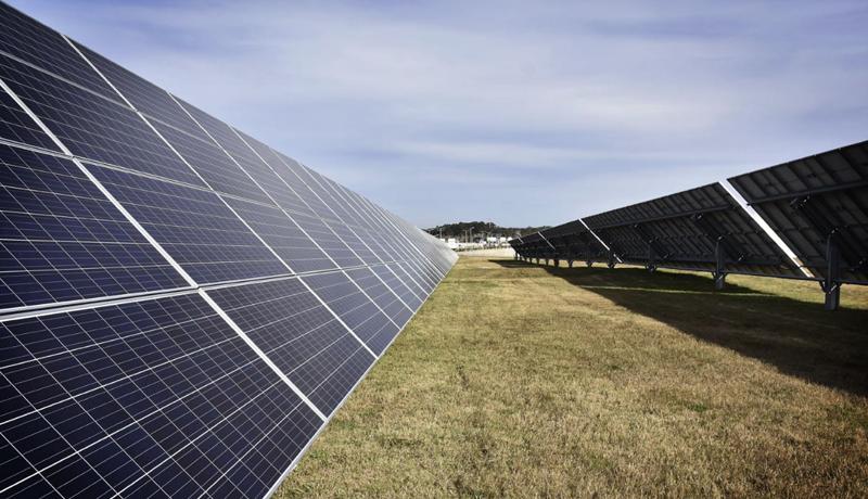 Imagen de la planta de generación solar fotovoltaica del aeropuerto de Carrasco, en Uruguay