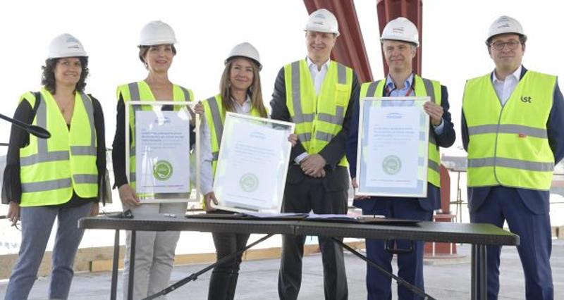 Foto de familia de la firma del convenio por la que el Aeropuerto de Chile se abastecerá de energías 100% renovables.