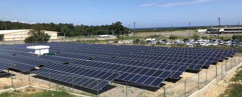 Paneles solares instalados en los aeropuertos de República Dominicana.