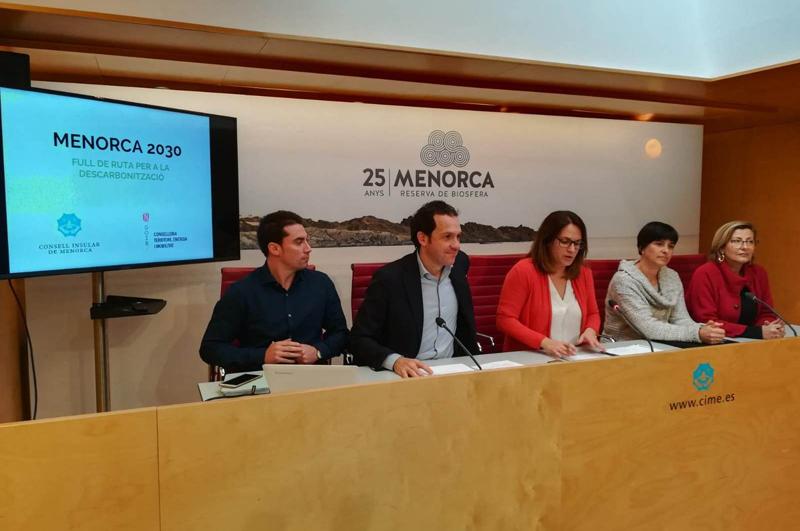 El consejero de Territorio, Energía y Movilidad, Marc Pons, junto con la presidenta del Consejo de Menorca, Susana Mora, han presentado la Hoja de Ruta para que el 85% del consumo de electricidad de la isla proceda de fuentes renovables en 2030.