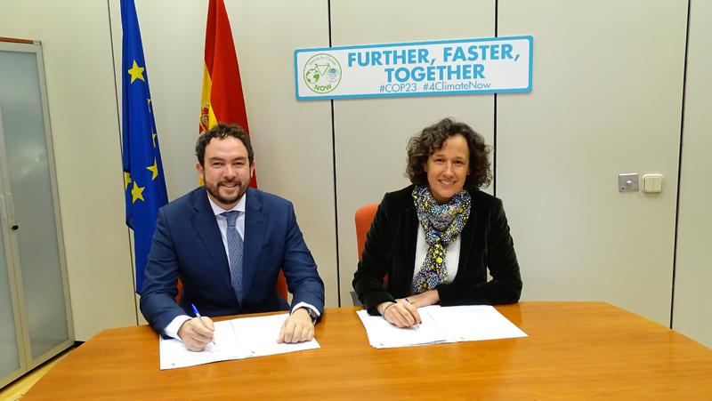 Luis Cabrera, Presidente de ANESE y Valvanera Ulargui, directora general de la Oficina Española de Cambio Climático del Ministerio de Agricultura y Pesca, Alimentación y Medio Ambiente.