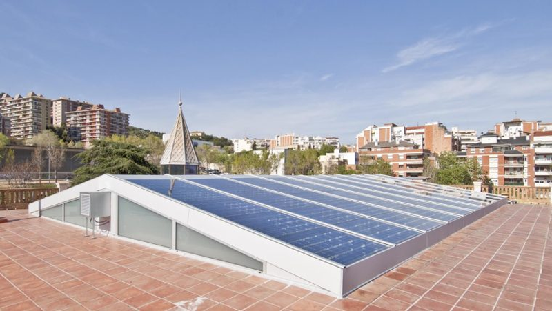 Instalación fotovoltaica sobre cubierta de un edificio.