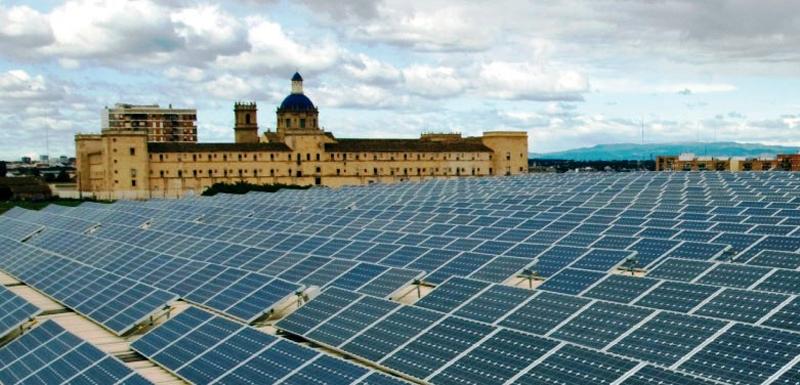 Paneles solares sobre la cubierta de un edificio.