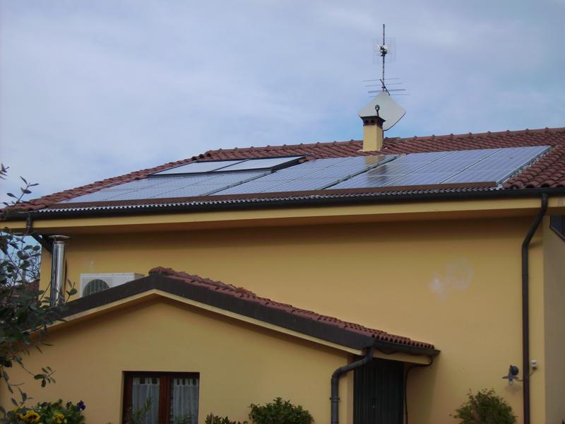 Paneles solares sobre el tejado de una vivienda.