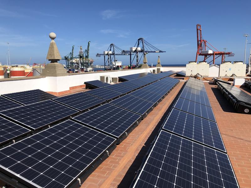 Instalación fotovoltaica sobre la cubierta del edificio principal del Puerto de la Luz de Gran Canaria.