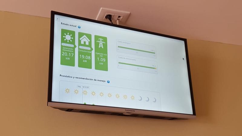 Monitor instalado en el vestíbulo del ayuntamiento de Teror que informa sobre la actividad de la instalación fotovoltaica
