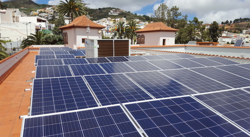 Instalación fotovoltaica sobre la cubierta del Ayuntamiento de Teror.