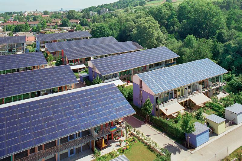 Viviendas con placas solares sobre cubierta.