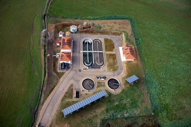 foto aérea depuradora de aguas residuales con instalación de paneles fotovoltaicos