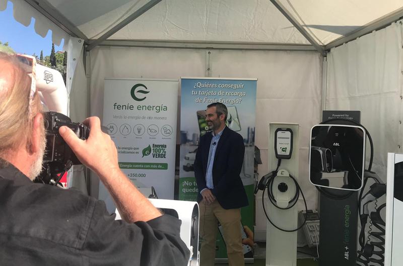 Javier Bescós, subdirector de Servicios de Ahorro Energético de Feníe Energía, en el stand de la compañía durante la V Feria del Vehículo Eléctrico de Madrid (VEM).