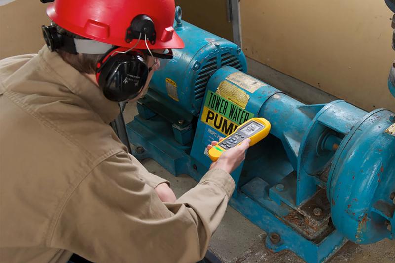 En los centros en los que se trabaja con equipos mecánicos grandes, se utilizan cada vez más los analizadores de vibraciones para diagnosticar los fallos mecánicos más comunes. El analizador evalúa el nivel de fallo y proporciona un informe detallado del mismo, incluidas la gravedad y recomendaciones de reparación.