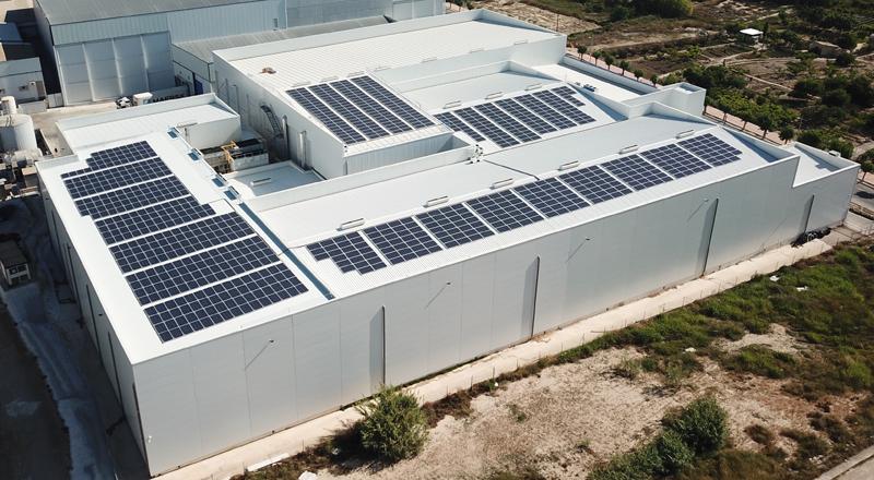 Módulos fotovoltaicos para autoconsumo sobre la cubierta de la nave de la empresa frigorista Alguazas Fish, vista aérea.