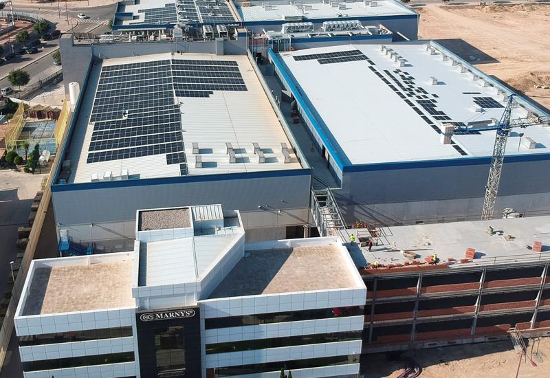 Trabajos de montaje de la instalación de autoconsumo fotovoltaico sobre la cubierta de la fábrica de Martínez Nieto.